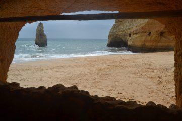 Praia do Carvalho desde el balcón excavado en la roca