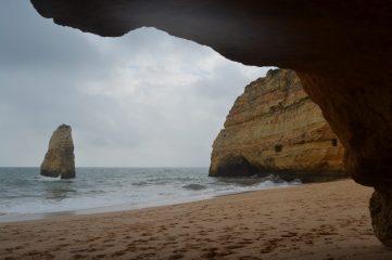 Praia do Carvalho desde una cueva