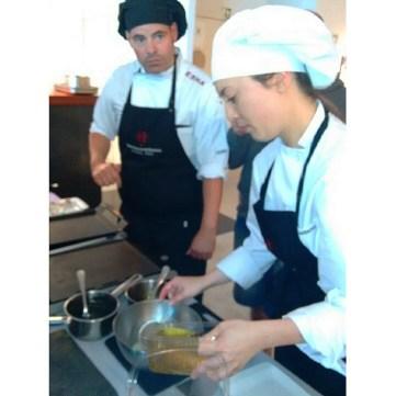 Maite e Igor haciendo la salsa pil pil