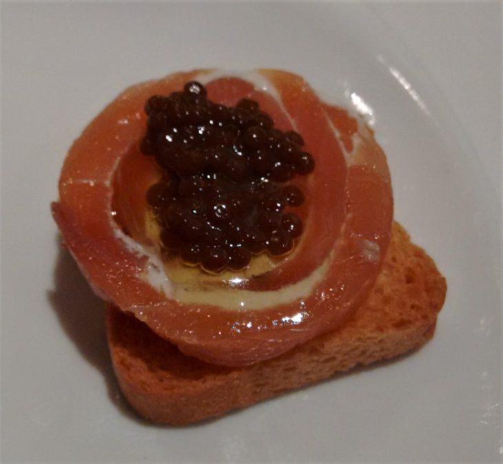 Rulada de salmón con su caviar