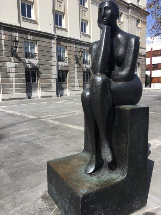 """Estatua de la """"Pensadora"""" en Oviedo"""
