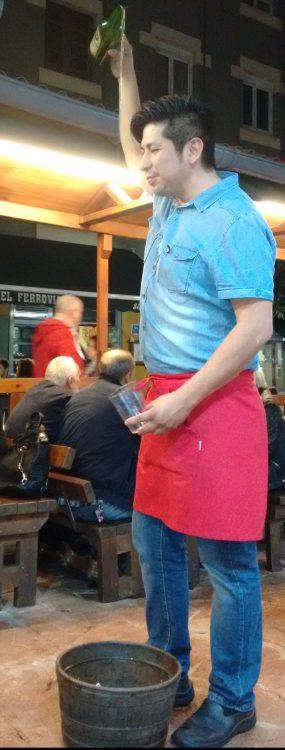 Camarero escanciando la sidra