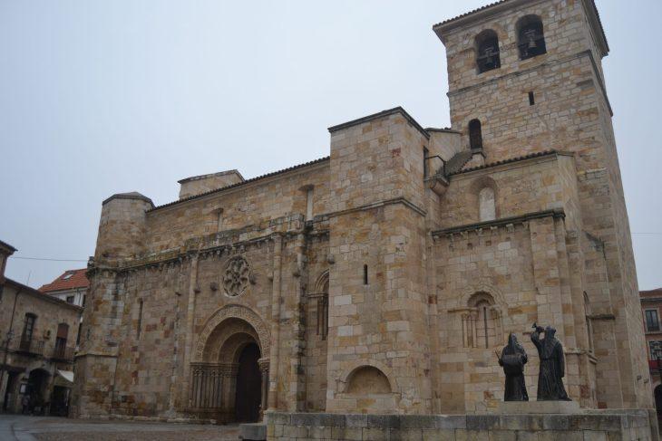 Iglesia de San Juan y Monumento al Merlú