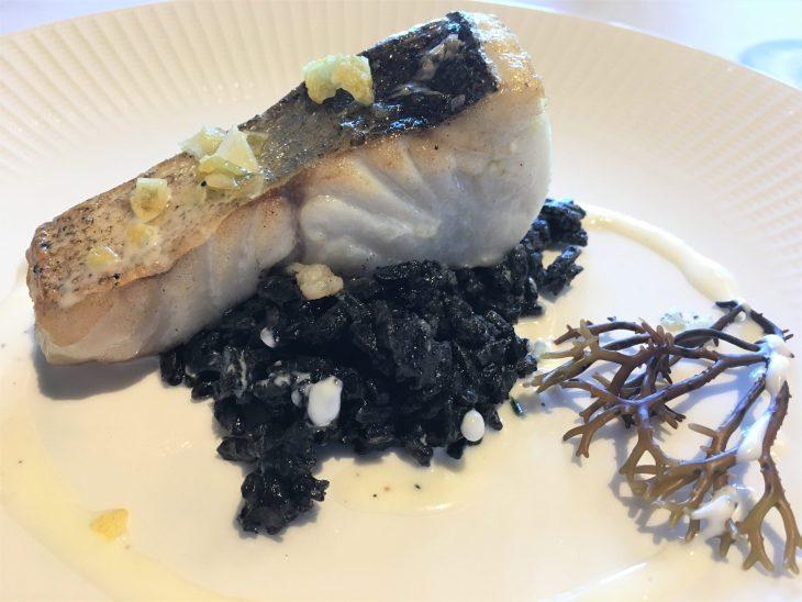Lomo de merluza de anzuelo sobre arroz negro de txipirón y ali-oli