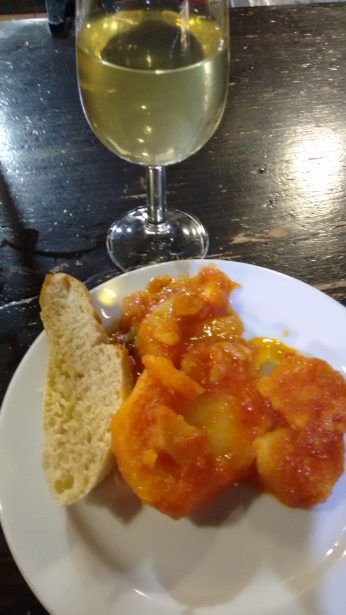 Tapa de patatas con tomate