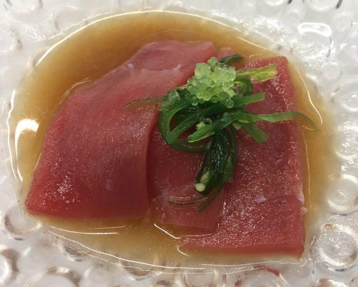 Atún rojo marinado sobre su emulsión