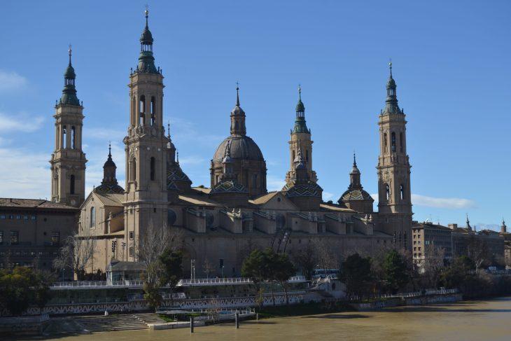 Basílica de Nuestra Señora del Pilar y el muelle