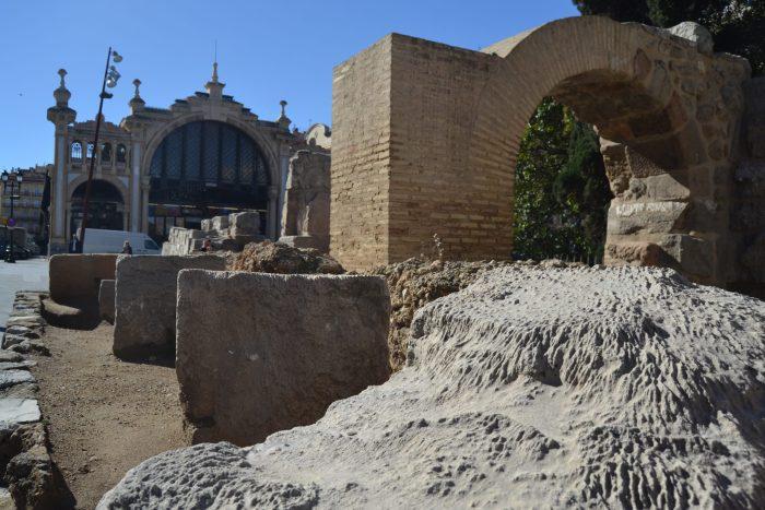 Restos de las Murallas de Caesaraugusta y Mercado de Lanaza