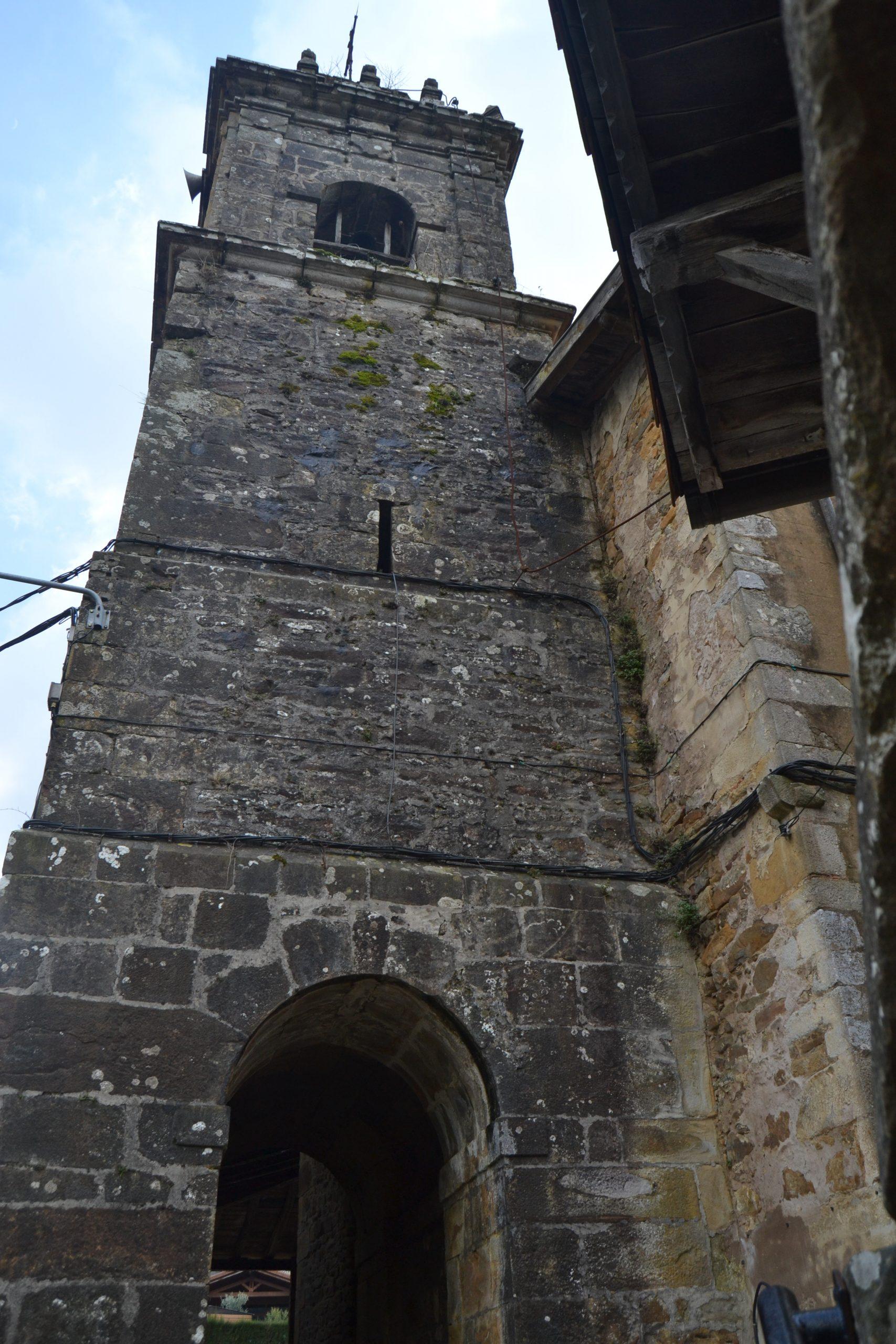 Torre de la iglesia de San Miguel de Arrazola