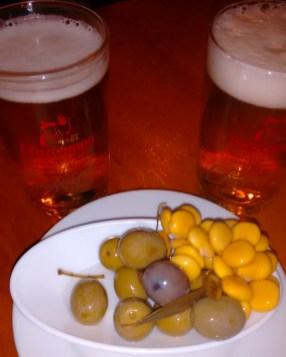 Cañas de cerveza y tapa