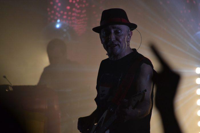 Francis tocando la guitarra