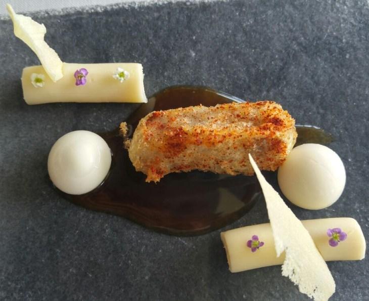 Cochinillo frito ligeramente picante con 3 quesos vascos en tres texturas