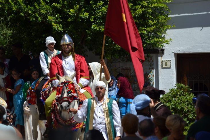 El embajador mudéjar entrando en Benalauría