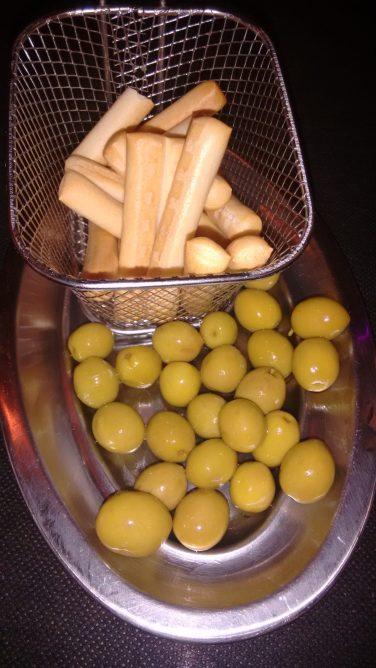 Tapa de aceitunas y picos