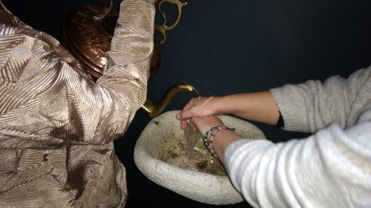 Esther lavandose las manos