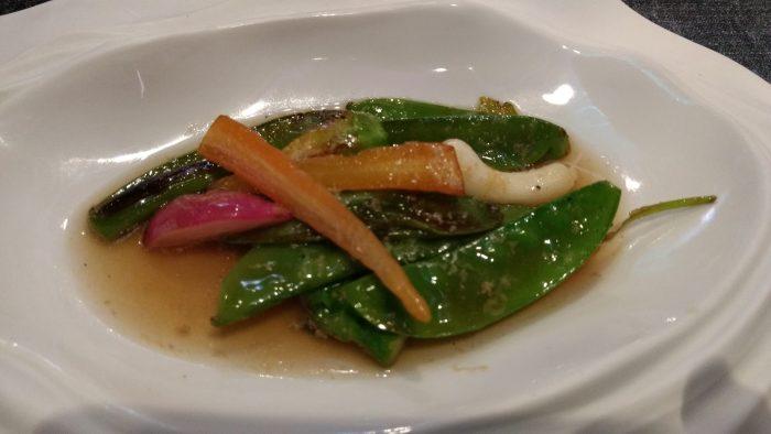 Verduras a la parrilla, serrín de foie y sopa de setas