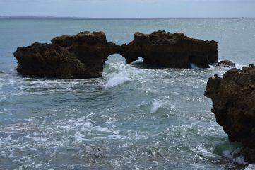 Arco en la roca frente a Praia dos Aveiros