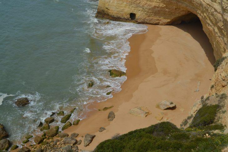 Cueva en una Playa natural