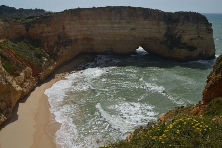 Arco de una playa natural del Algarve