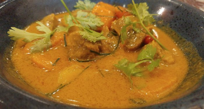 Carrilleras de cerdo, curry thai amarillo, zanahorias y patatas nuevas