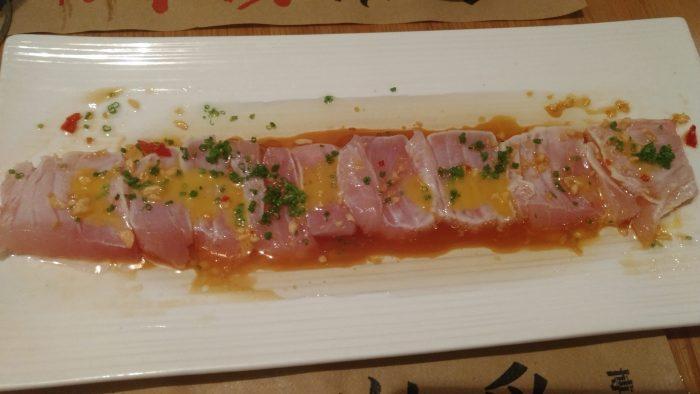 Sashimi sofrito de bonito con ponzu y mandarina