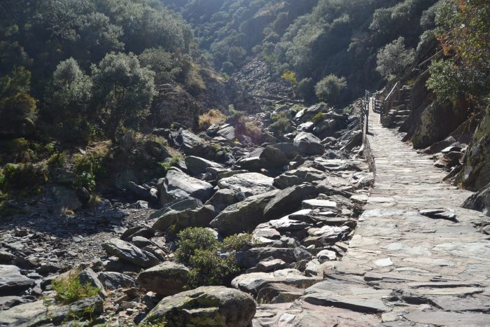 Camino de piedra junto el Arroyo de la Meancera