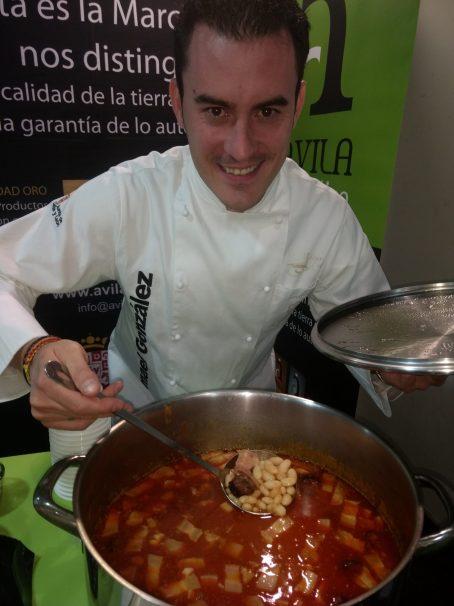 Ismael Gonzalez cocinando las judías de Moraña