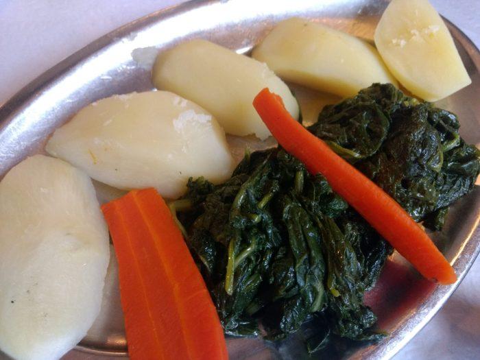 Guarnición de patatas, espinacas y zanahorias