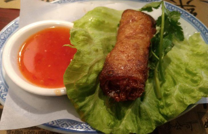 Nems vietnamitas de pollo y setas con salsa de chile dulce
