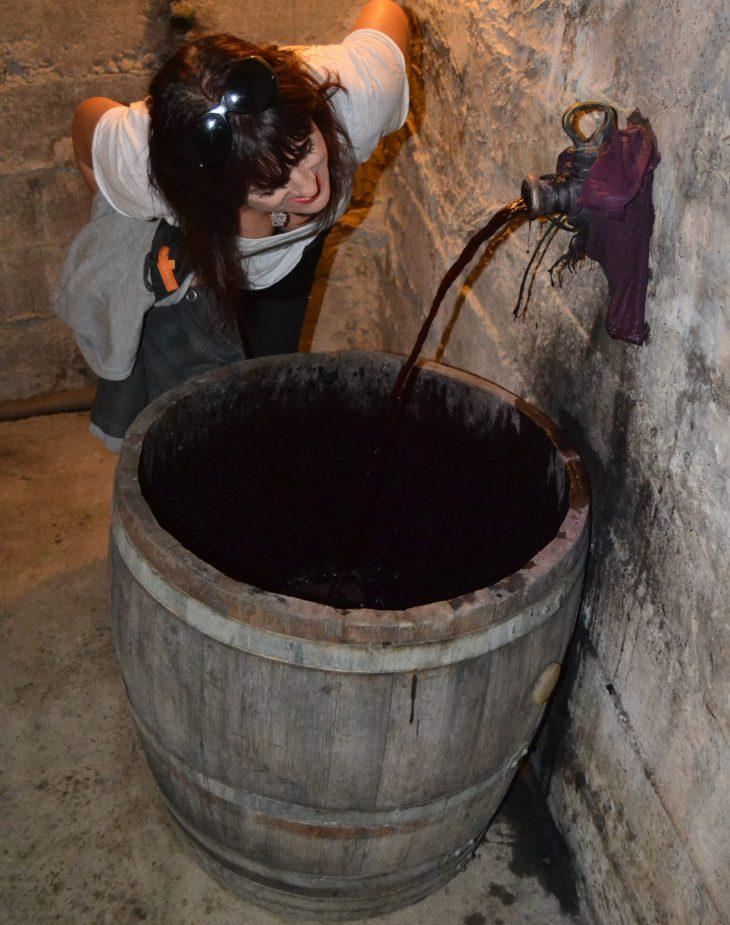 Probando el mosto de la uva recién pisada