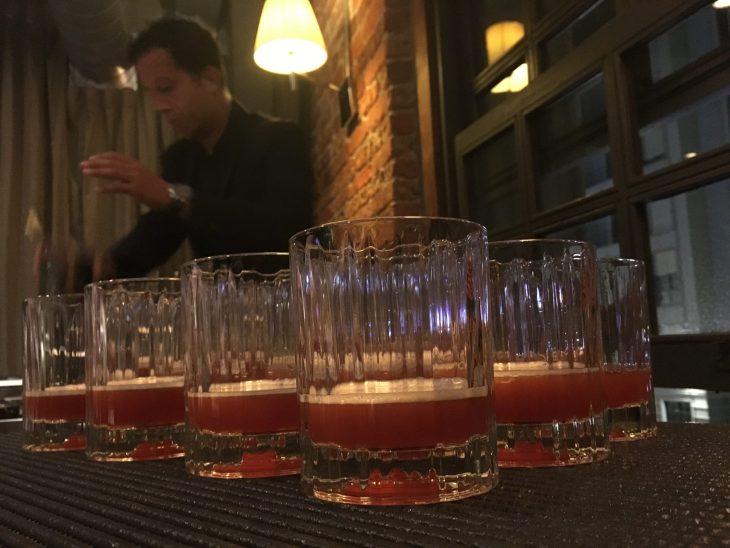 Ricardo, preparando el cocktail Caballero oscuro