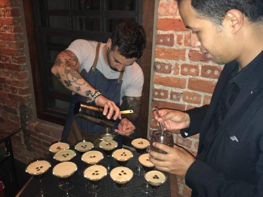 Ander y Ricardo preparando el Cocktail Espresso Martini