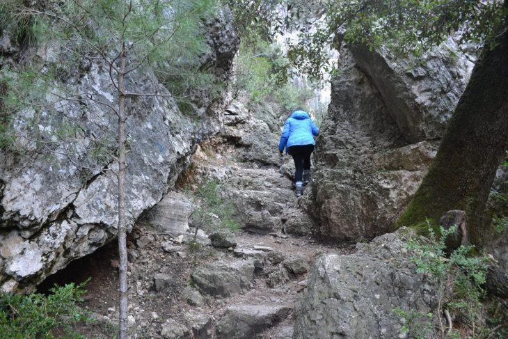 Esther subiendo entre rocas