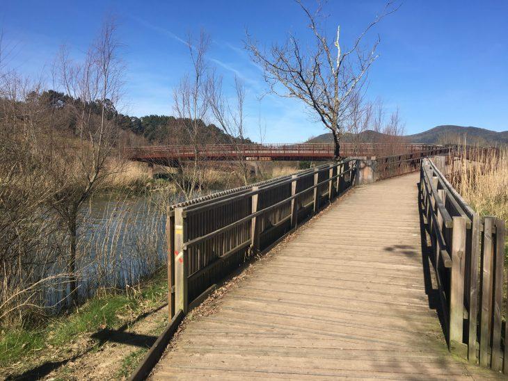 Puente de madera que cruza la Ría del Oka
