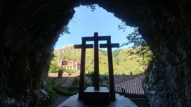 Basílica de Covadonga desde la cueva