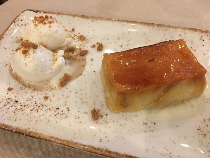 Torrija caramelizada acompañada de helado de Idiazabal