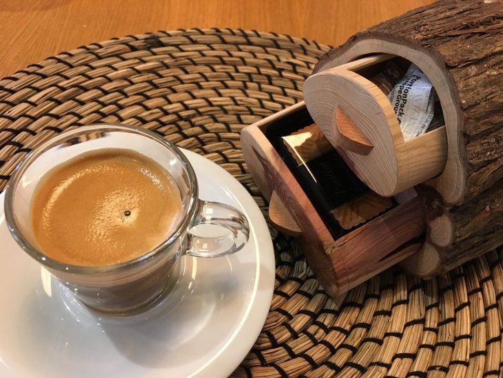 Café cortado y Petit Fours
