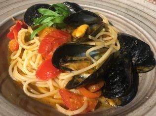 Spaghetti cozze, pomodoro e basilico fresco