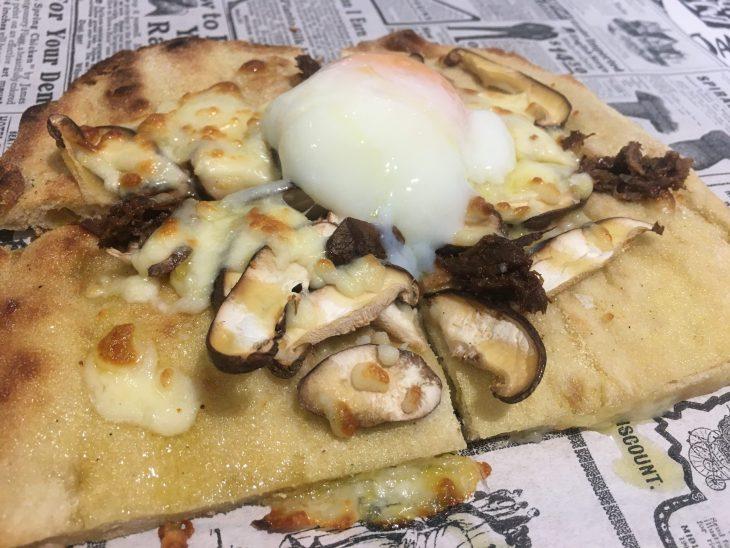 Focaccia de crema de boletus con setas, rabo de ternera, mozarella y huevo balneario