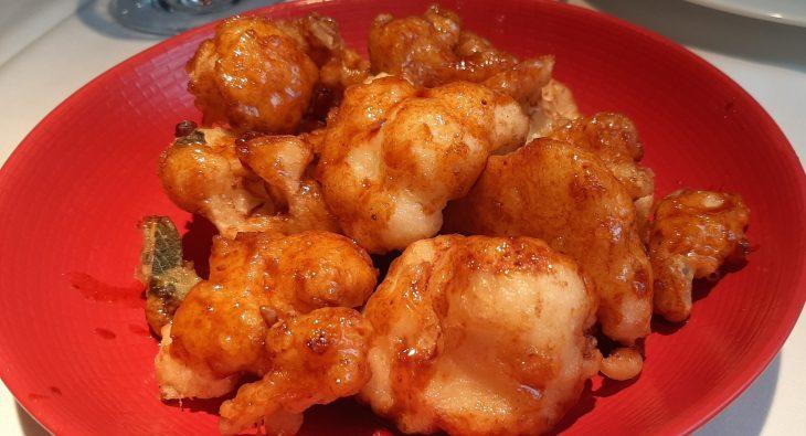 Coliflor en tempura con salsa coreana semipicante