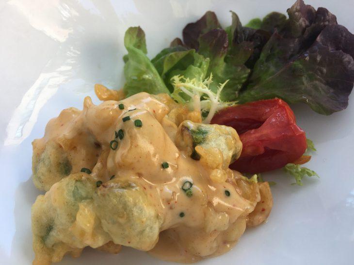 Ensalada japo de tempura de langostinos y trigueros