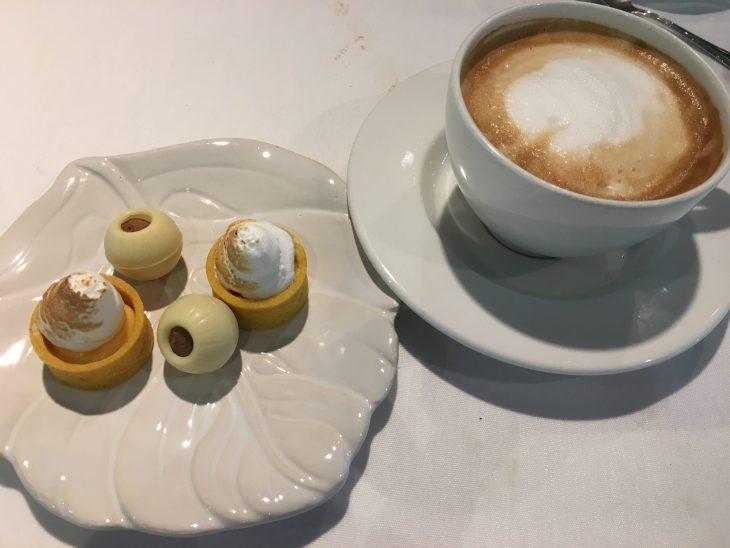 Café con lechey Petit Fours