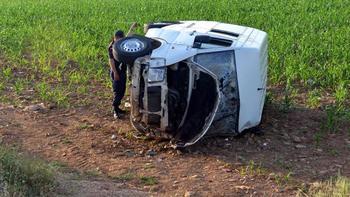 Yolcu minibüsü mısır tarlasına devrildi: 6 yaralı