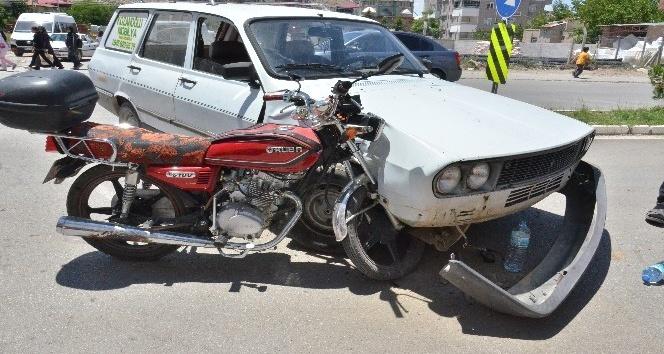 Elbistan'da Motosiklet, çarptığı otomobile ok gibi saplandı