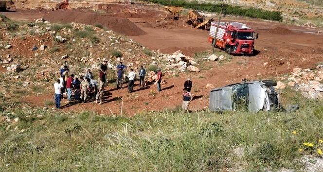 Hafif ticari araç şarampole uçtu: 1 ölü, 2 yaralı