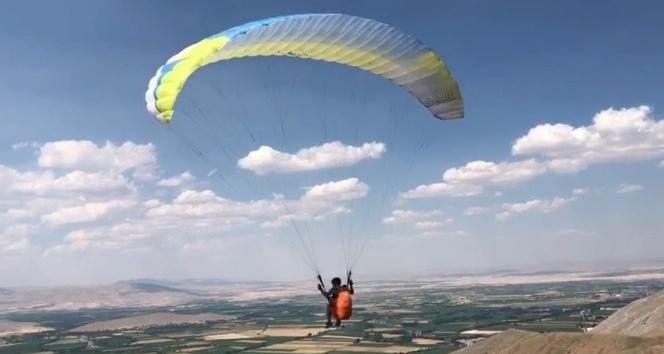 Afşin'den Elbistan'a paraşütle uçtu