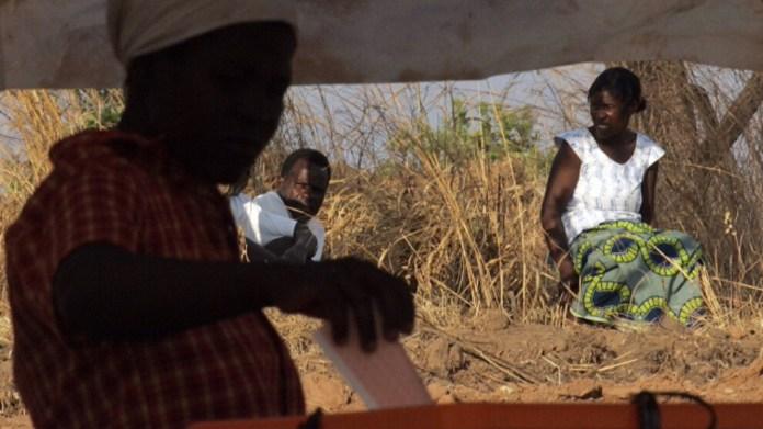Nijerya'nın bir köyünde kadınlar ve erkekler farklı dilleri konuşuyor