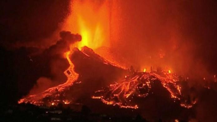 Kanarya'da lavlar denize doğru ilerliyor