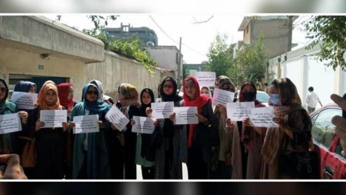 Afganistan'da kadınlar, Kadın Bakanlığı'nın kaldırılmasını protesto etti