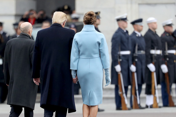 Trump elini sıktı, sahnenin dışına yolladı!